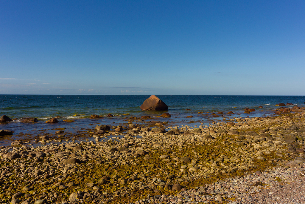 Rügen Findling Schwanenstein vom Strand